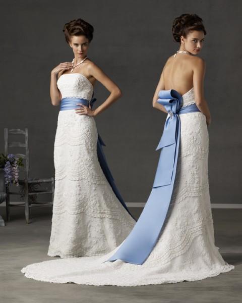 Белое платье с голубым поясом 2